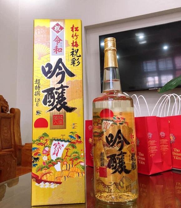 Rượu sake vảy vàng 1,8 lít Takara Shozu mặt trời đỏ Nhật Bản 1